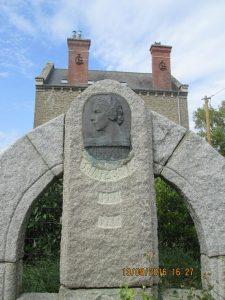 je n'ai pas réussi à déchiffrer pour connaître le pourquoi de ce monument?