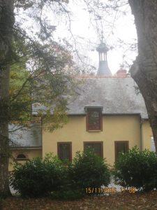 derrière la maison le château de Cacé (17e)